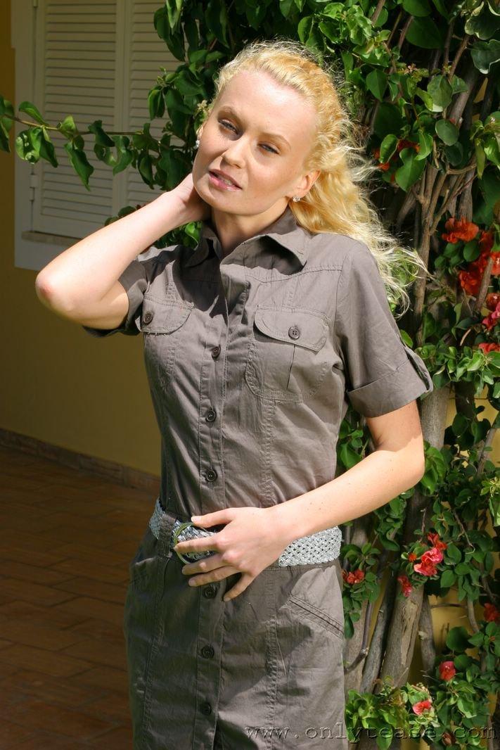 Блондинка Tiffany Ryan расстегивает серое мини-платье и стягивает свое голубое белье на заднем дворе