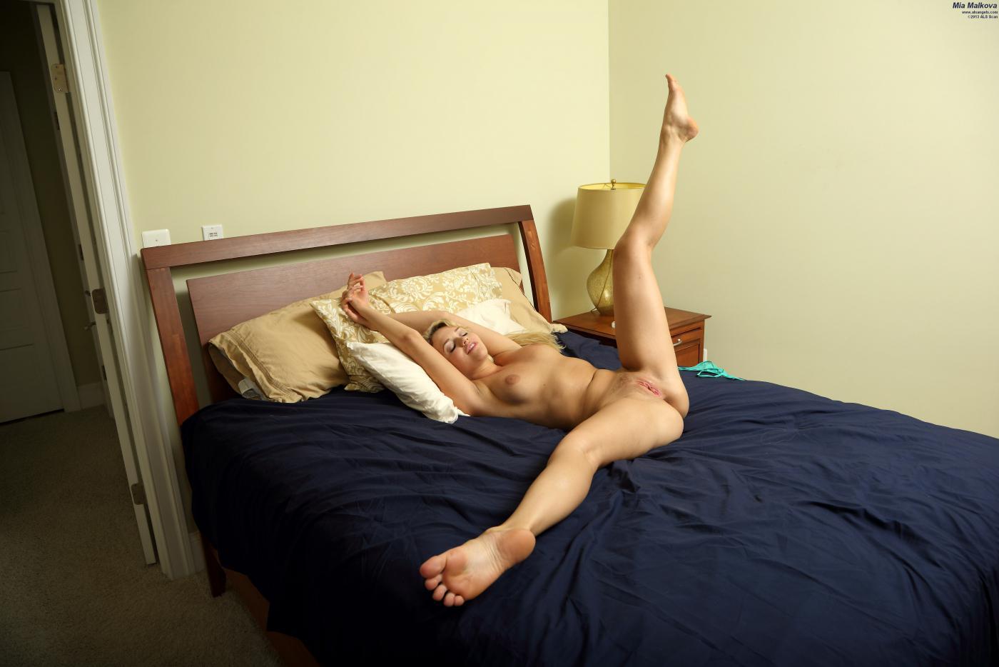 Фантастическая блондинка Mia Malkova показывает, какая она гибкая и как она жаждет ебать себя игрушкой