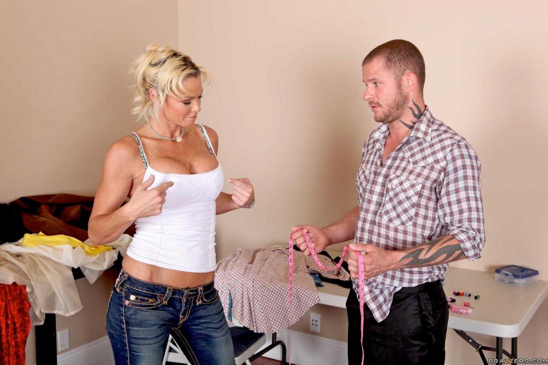 Титястая модель со свелыми волосами Rhylee Richards в возбужденных тугих джинсах заслужила массаж и пенис