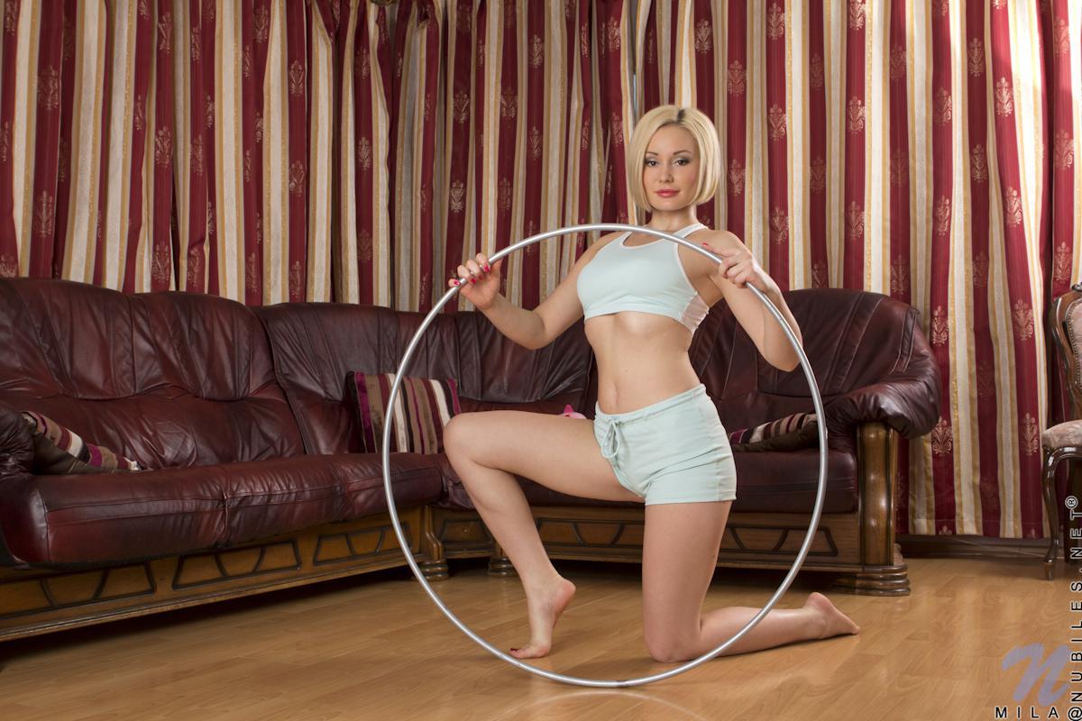 Горячая светлая порно звезда Mila P делает селфи с обручем, а потом снимает одежду и порет себя пальцами