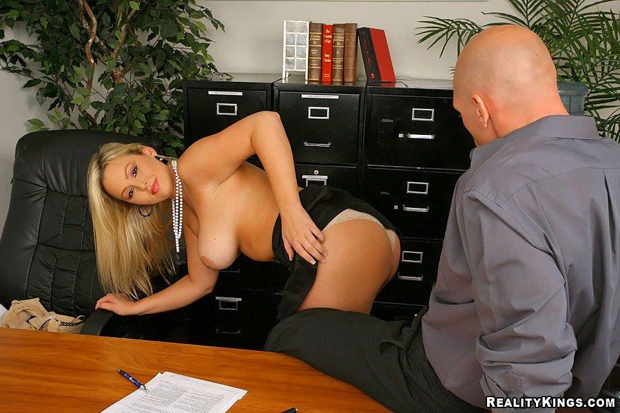 Горячая офисная блондинка Abbey Brooksс крупными грудями снимает нижнее белье полностью и задает жару своей киске