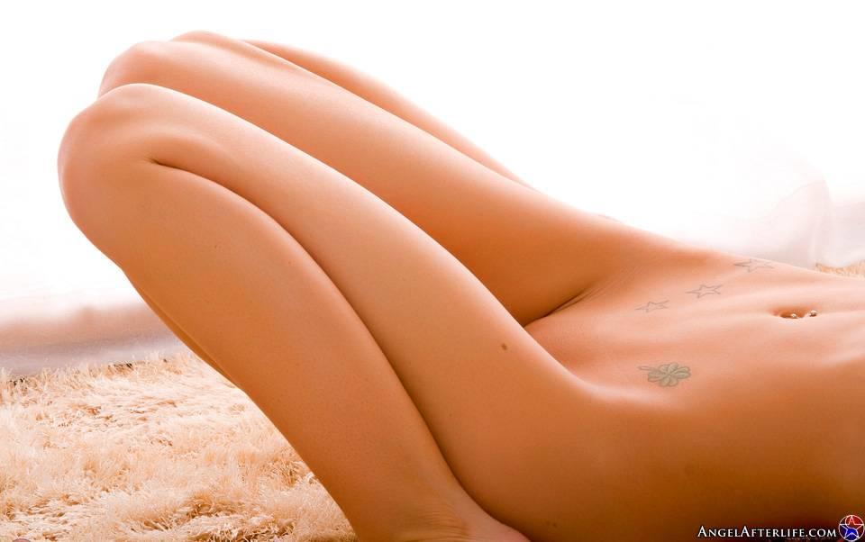Абсолютно обнаженная светловолосая девушка с большими буферами Kenzi Marie растягивается на золотом песке
