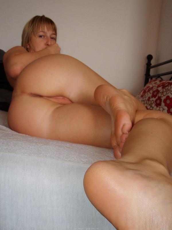 Домашняя блондиночка позирует перед хахалем