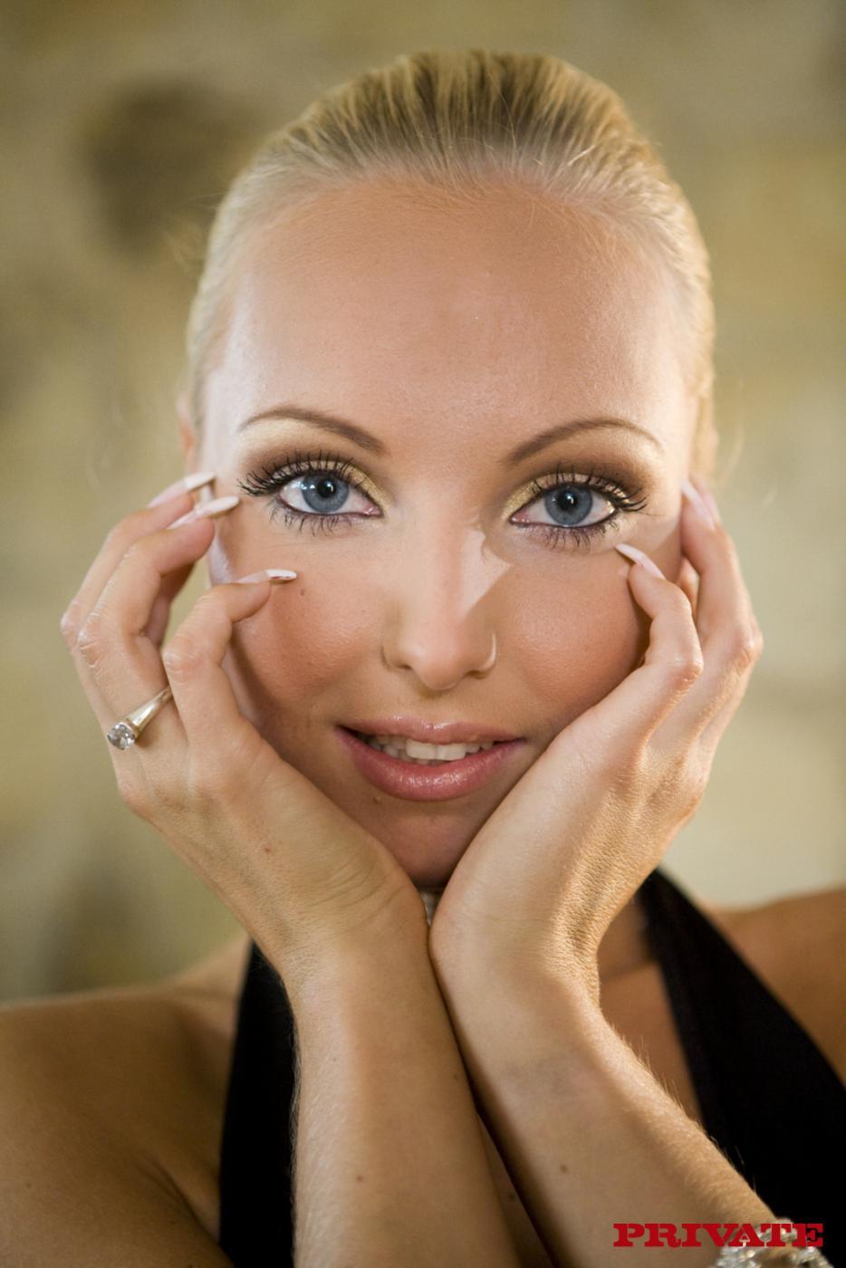 Гламурная блондинка Veronika Symon с выдающимися ногами, снимает трусы в бильярдной