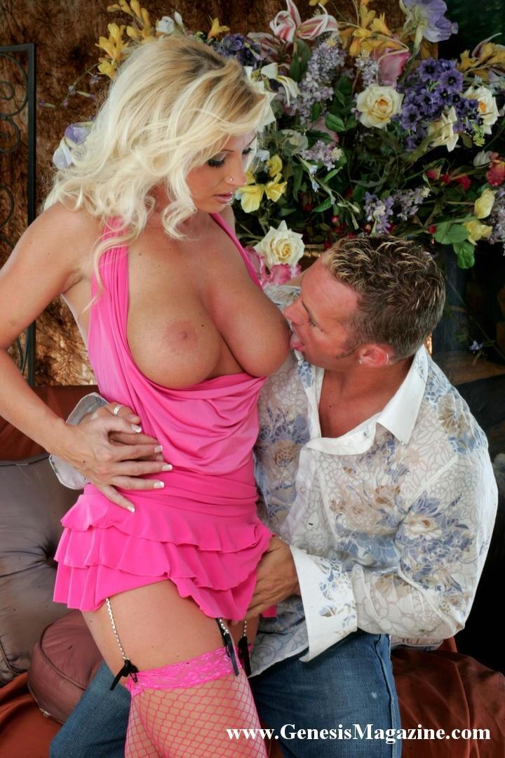 Элегантная модель со свелыми волосами в розовом Devon Lee радуется тому
