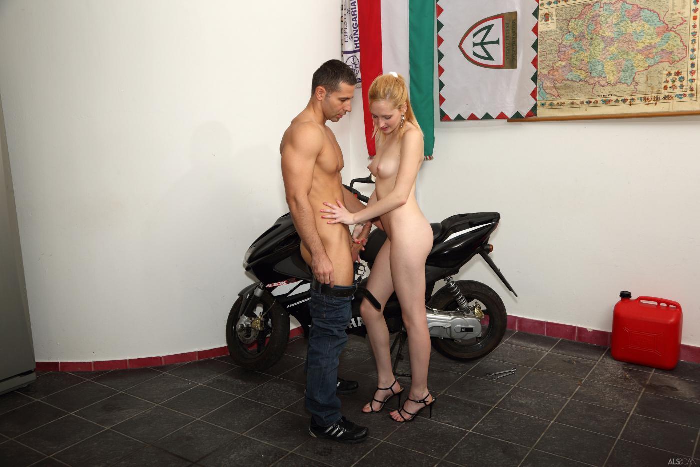 Привлекательная блонди с торчащими сиськами Alice Dumb берет огромный член у ремонтника мопеда