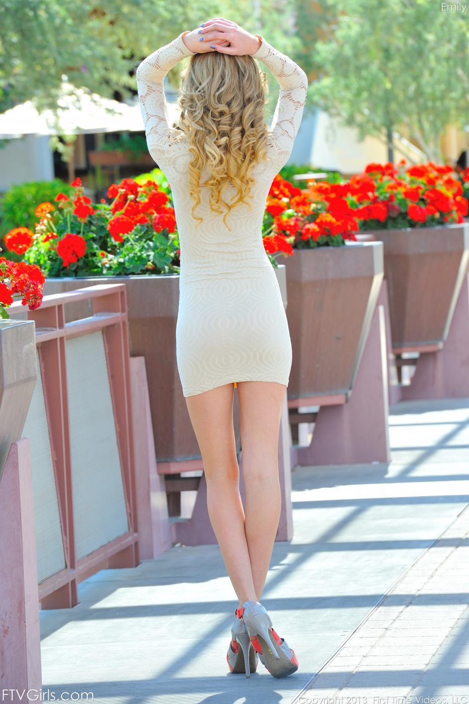 Молодая светлая порноактриса Emily Kae снимает свое облегающее платье