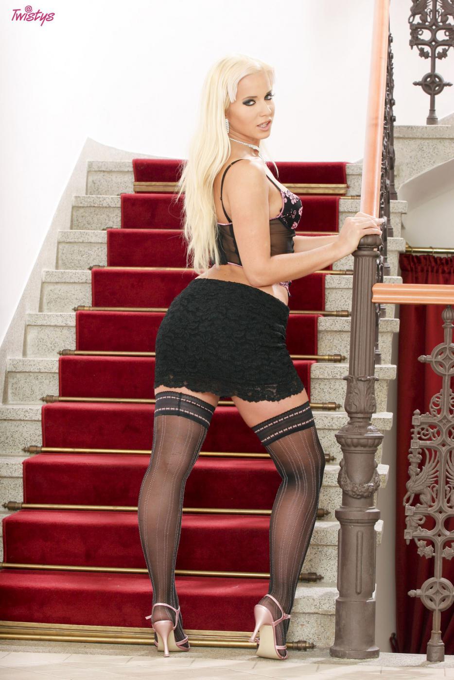 Сисястая блондинка в чулках Cindy Dollar втыкает секс-игрушку себе в попу