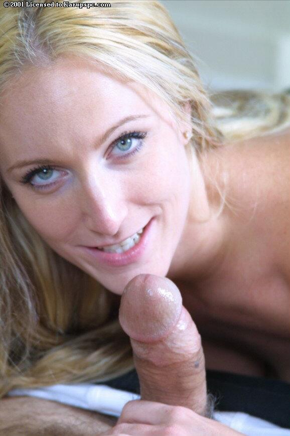 Топлесс-блондинка с шикарными дойками Brittaney Starr делает невероятный отсос своему приятелю