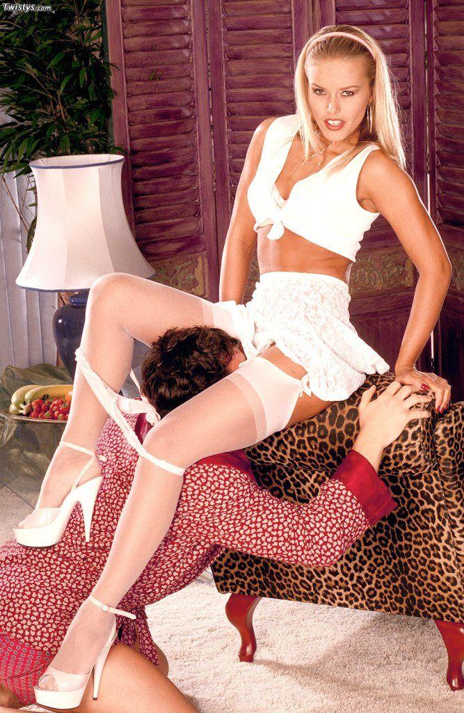 Блондинка Sam подставила под губки свою манду перед глубоким оральным сексом, а потом вложила член в свою дыру