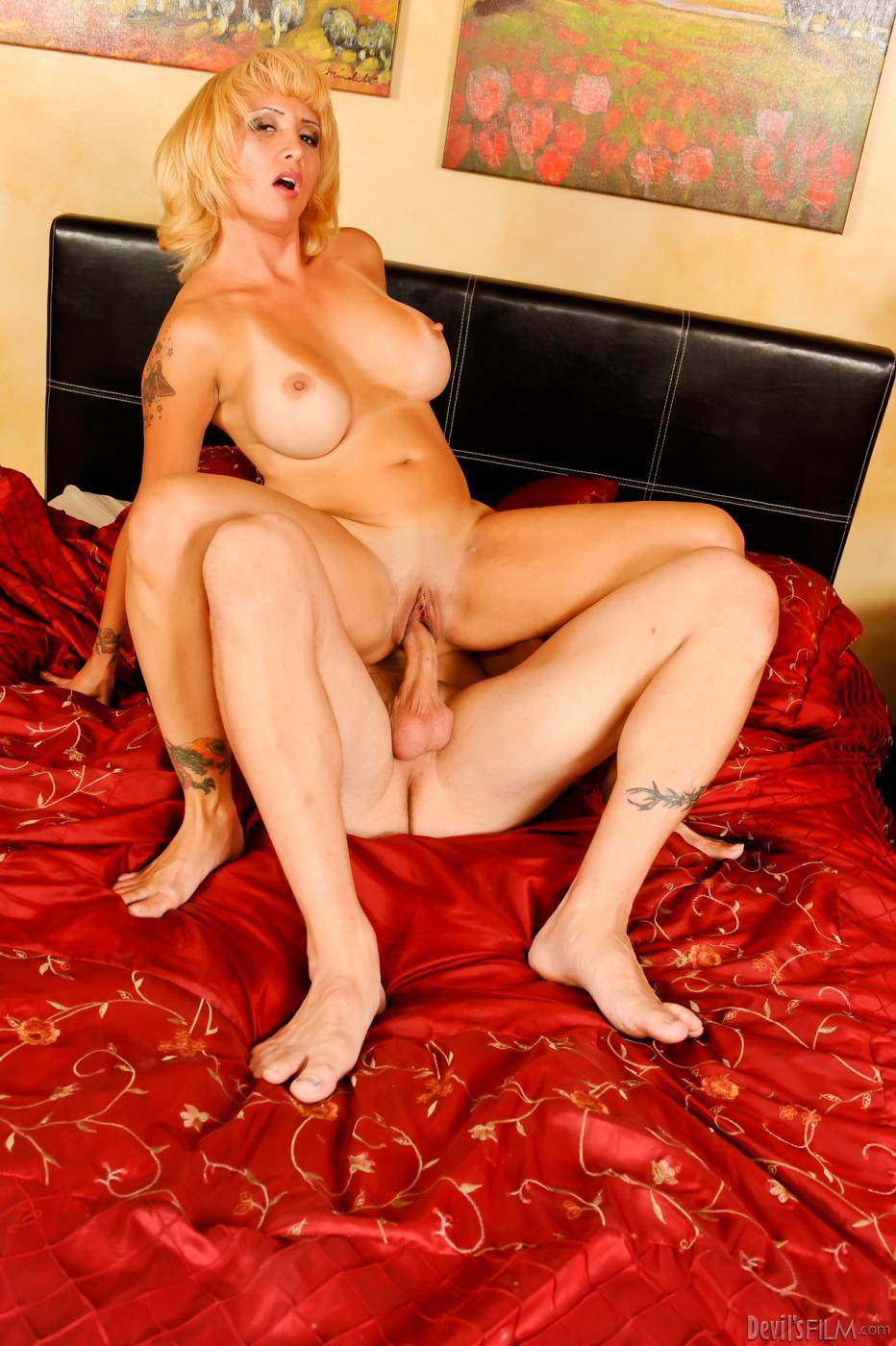 Титястая блондиночка Sophia Mounds легко удовлетворяет мужчину оральным и вагинальным сексом