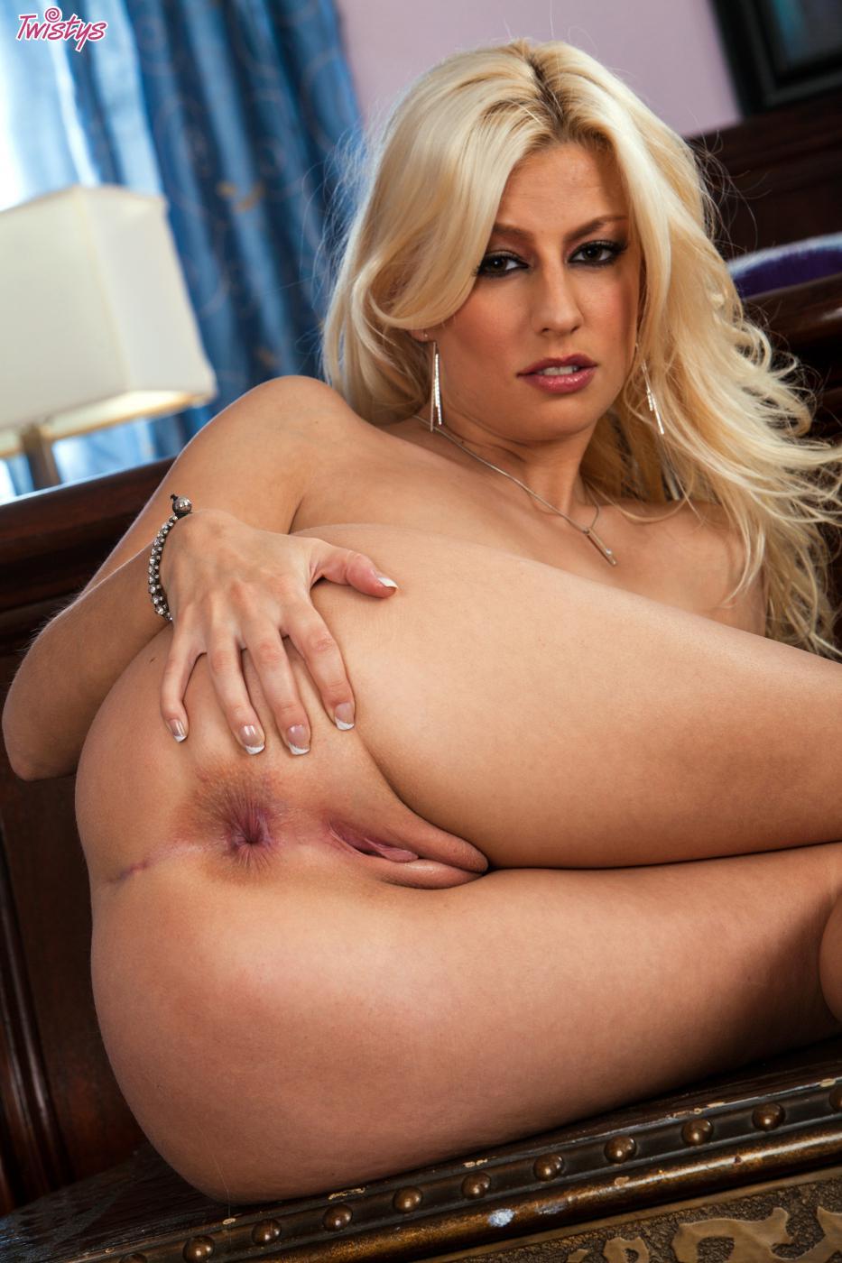 Сексуальная блондинка Jessi Voft обнажает свои сисяндры и готова помастурбировать