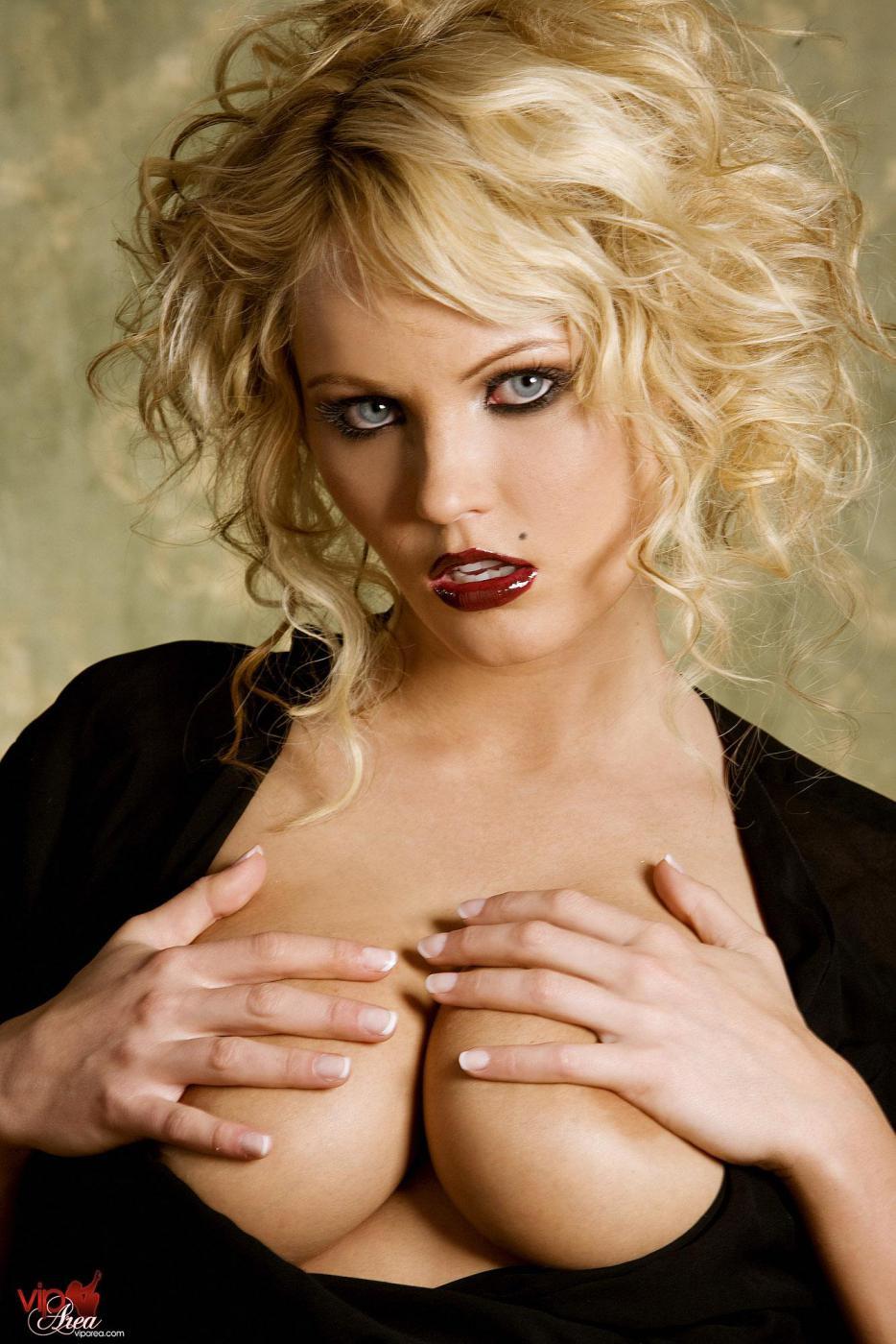 Соблазнительная блондинка в пошлом белье Hanna Hilton демонстрирует свою большие буфера и пилотку