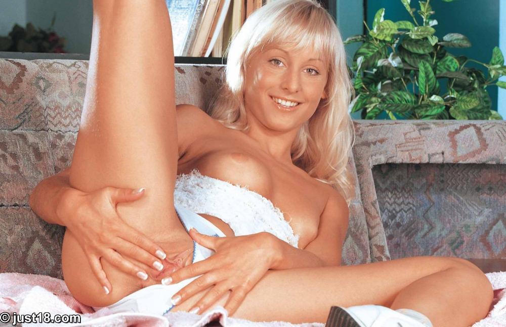 Блонди с маленькой сракой Carmen James спускает белоснежные трусики и засовывает розовую игрушку в свою побритую киску