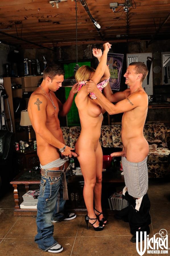 Титястая блондиночка Krissy Lynn полирует два перца и затем стонет зажатая между ними