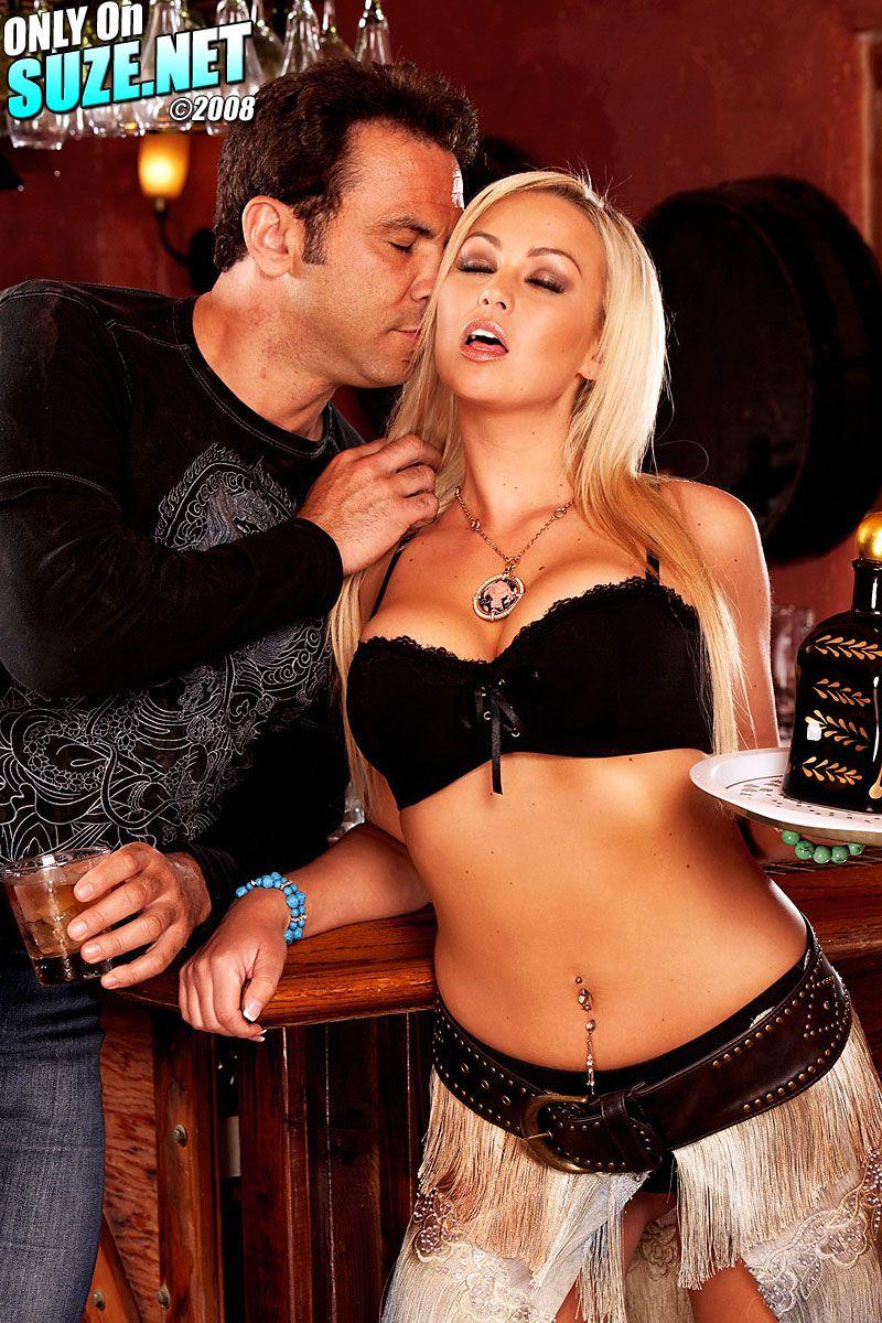 Секс-бомба блондинка Abbey Brooks дает полизать и потрахать свою пизду возбужденному парнишке