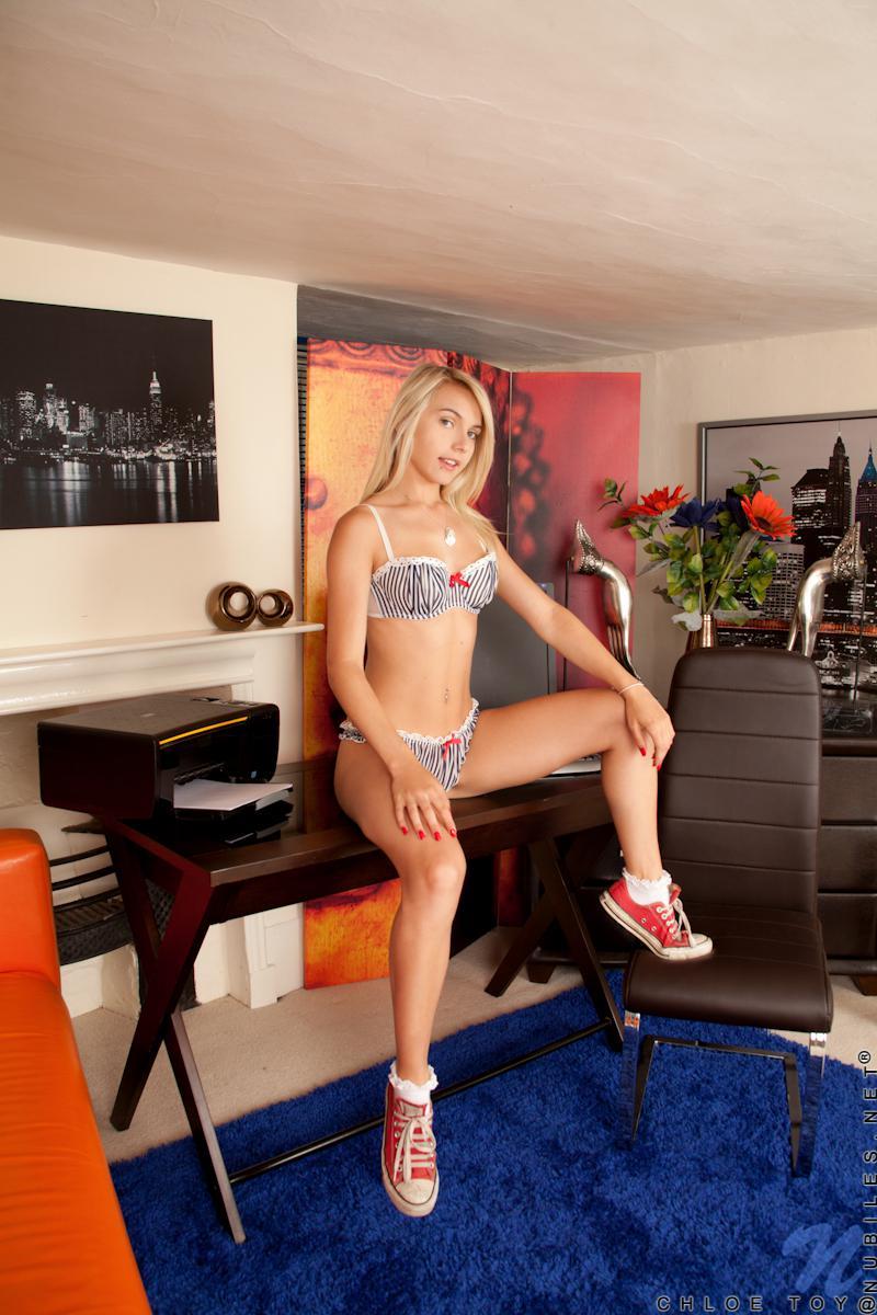 Блондиночка Chloe Toy показывает стриженную манду и мастурбирует