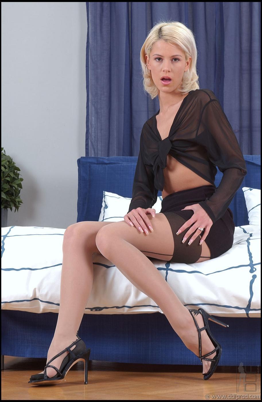 Светлая порноактриса Cora Carina похотливо снимает черное нижнее белое и курит