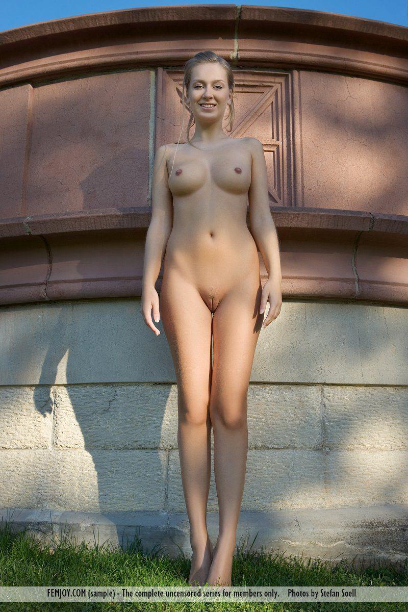 Светловолосая телка Kinga Femjoy гуляет голой по парку