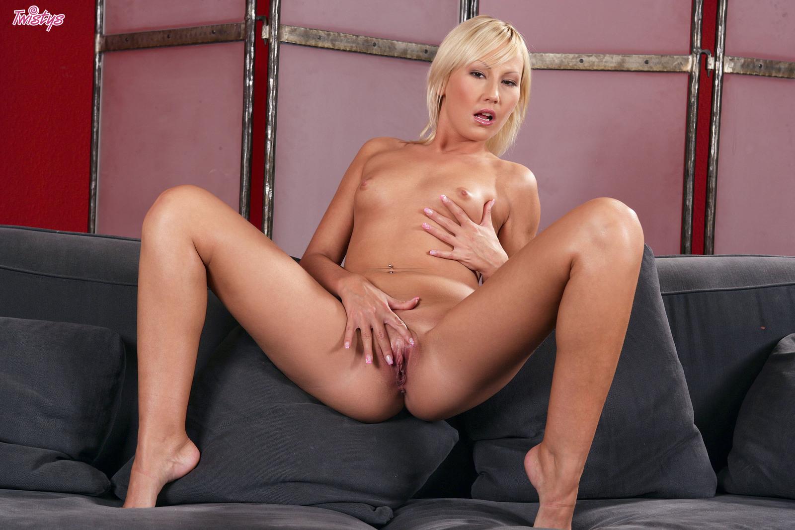 Грациозная блондинка в белых бикини и туфлях Viktoria Twistys раздвигает свою ухоженную вагину