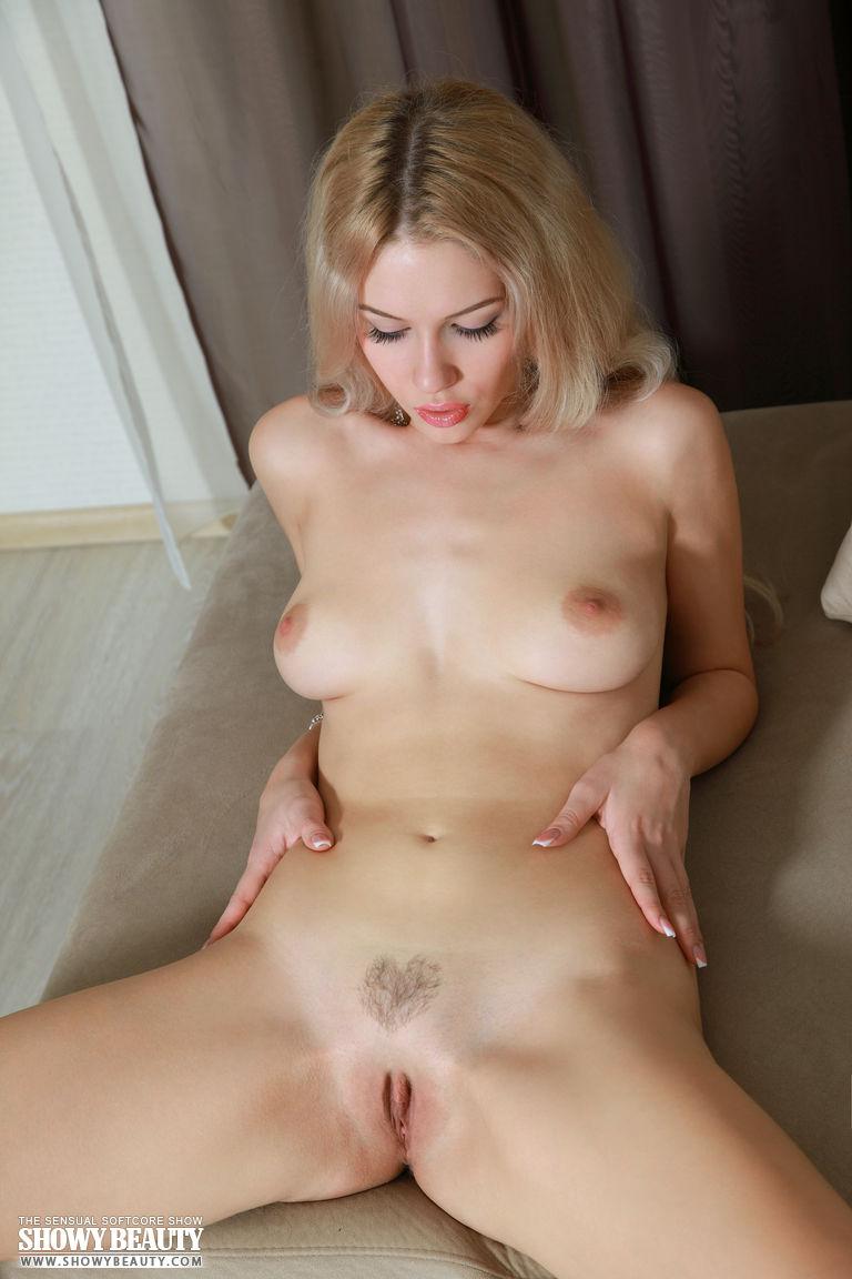 Изящная девочка-подросток Izabel стягивает юбочке, чтобы показать свою побритую киску