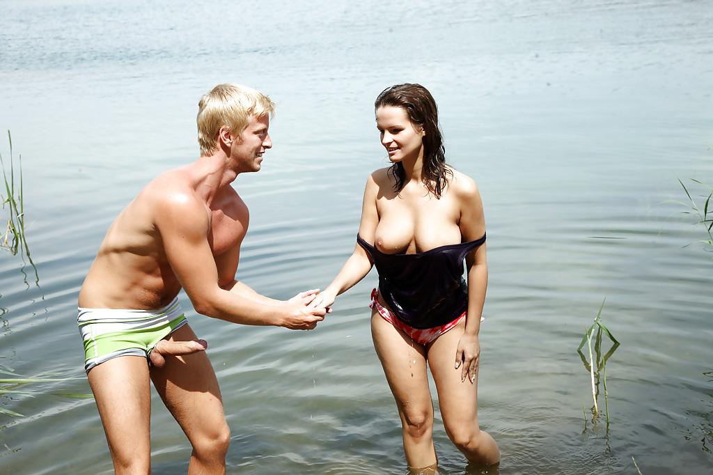 Блондин выеб грудастую жену около реки порнофото