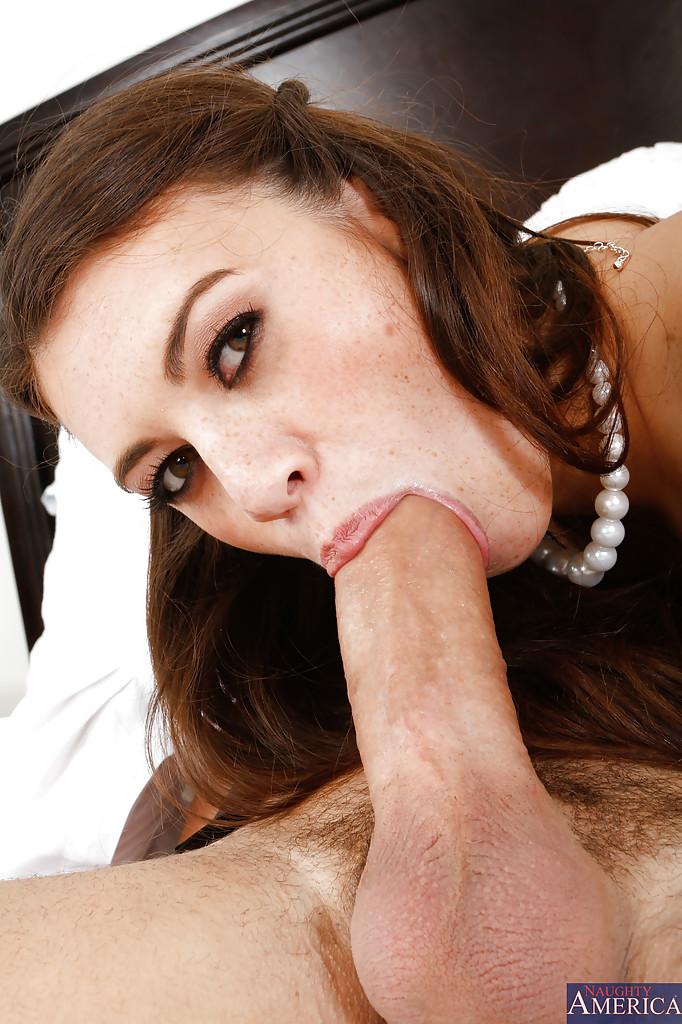 Милашка облизала большой член мачо и подставила волосатую вульву для траха секс фото