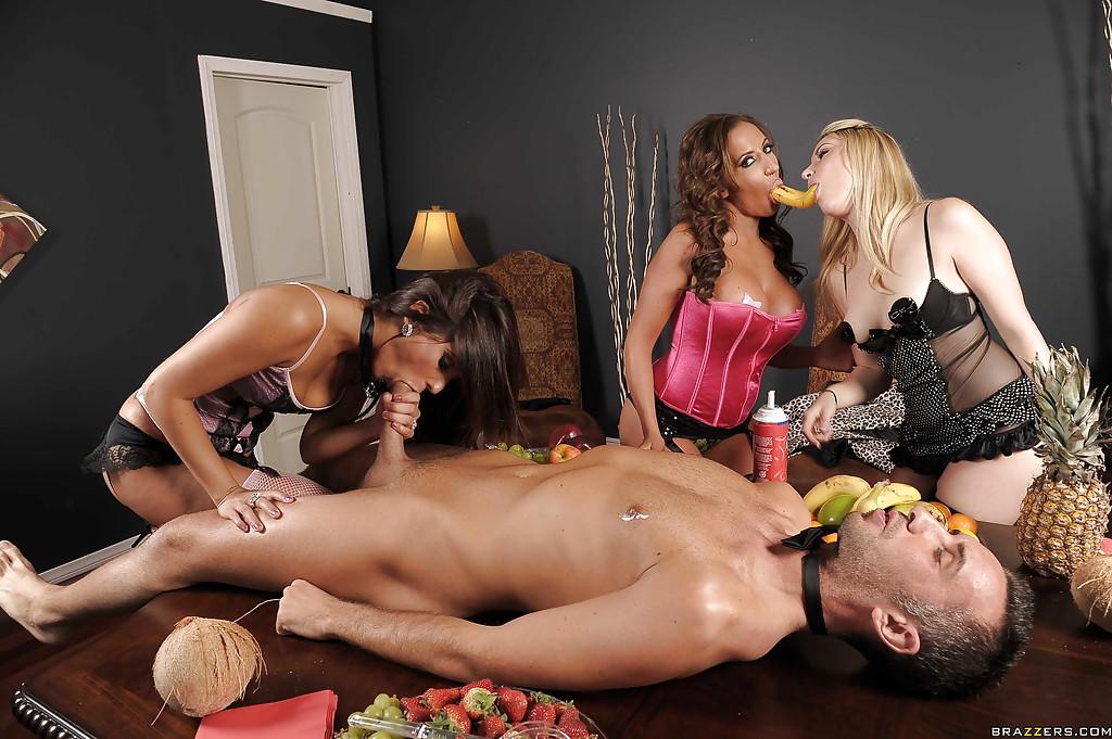Похотливая брюнеточка сосёт громадный хер и спаривается с пареньком при своих подругах