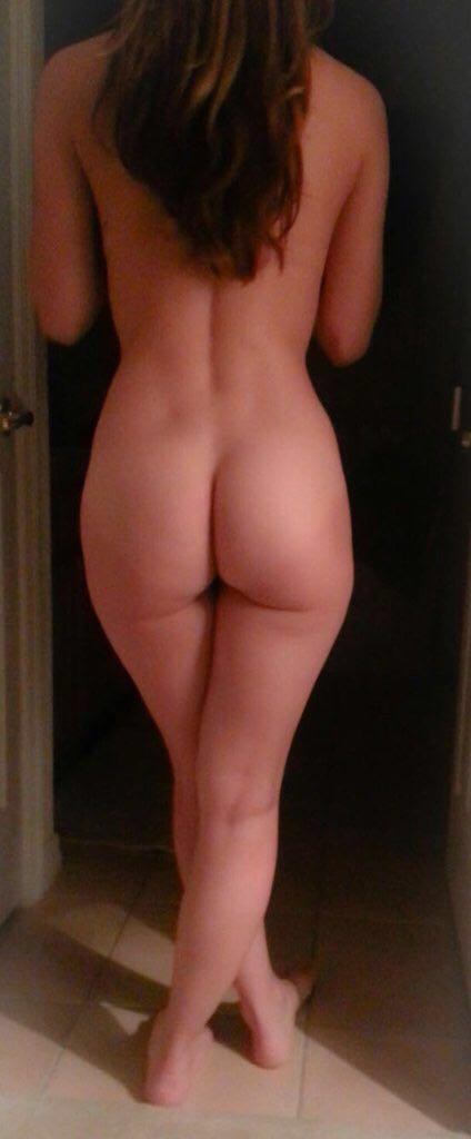 Проститутки демонстрируют свои тугие задницы