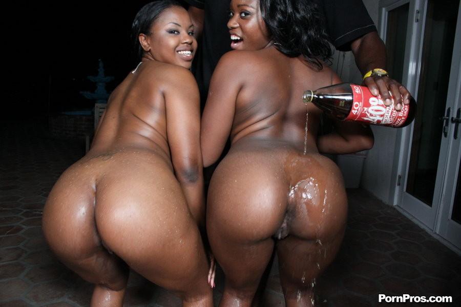 Две темнокожие тётки расслабляются в компании друг друга, позволяя африканцу себя отжарить