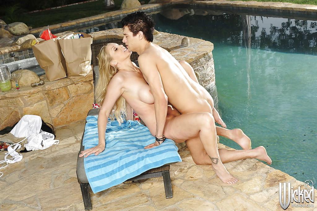Отменную девицу ебет молодой юнец у бассейна и кончает на рот