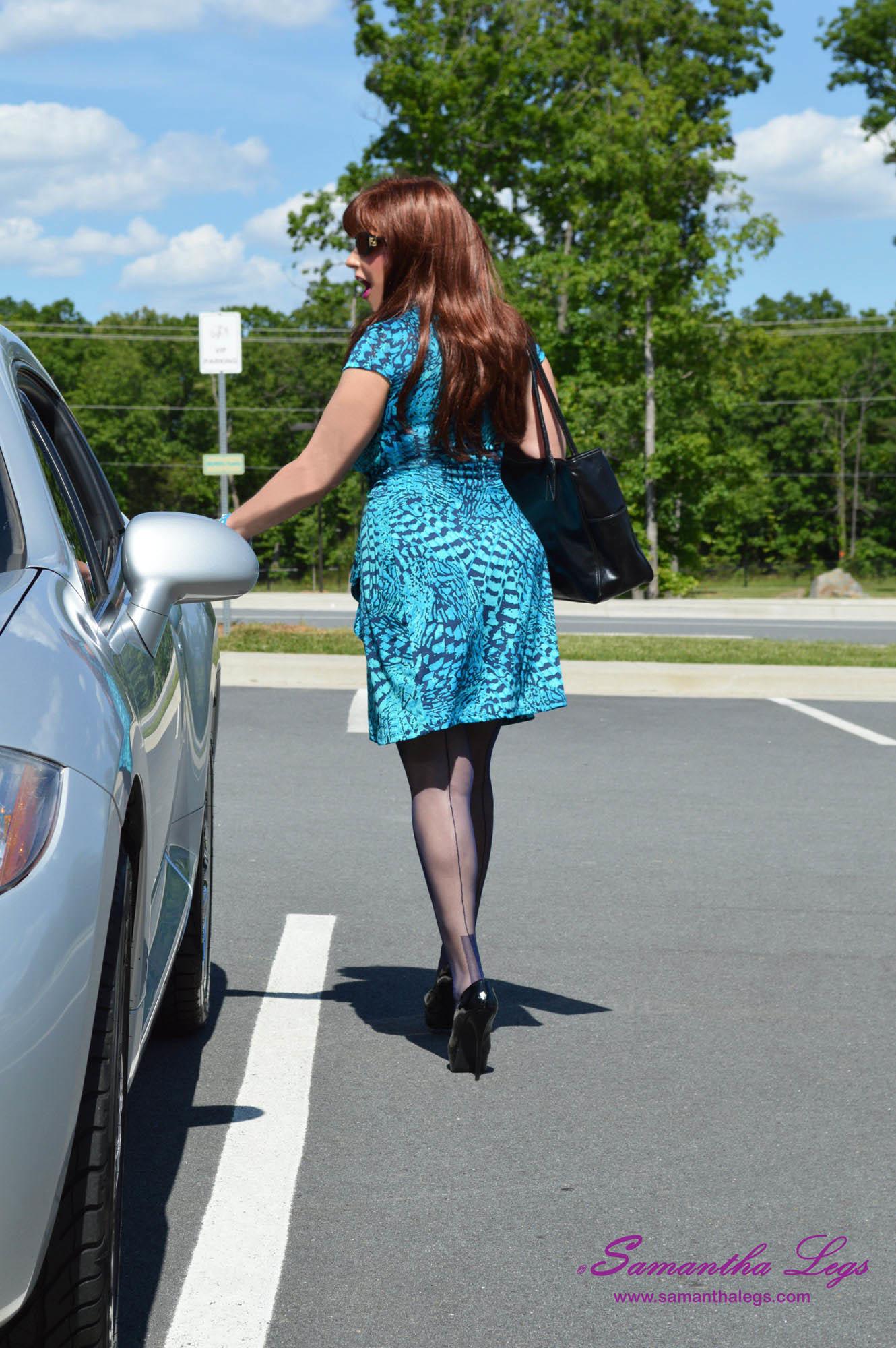 Обеспеченная зрелка едет на работу, выглядит просто сногсшибательно в чулках и на высоком каблуку, а ее декольте просто супер!