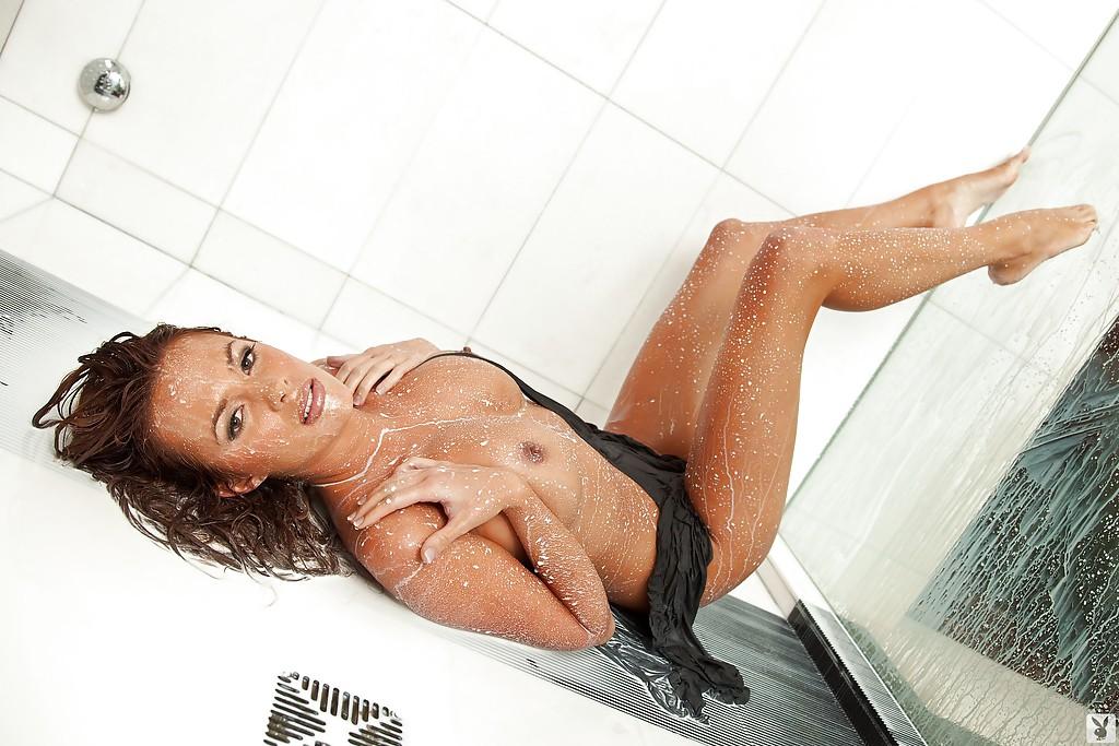 18-летняя модель под молочной струей блистает свое тело