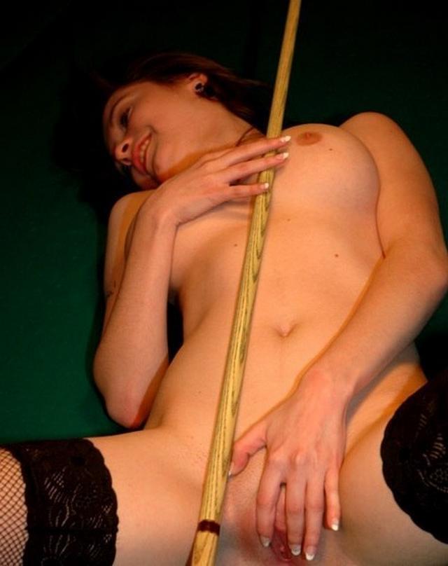 Сексапильная тёлка с упругими сиськами делает селфи голая