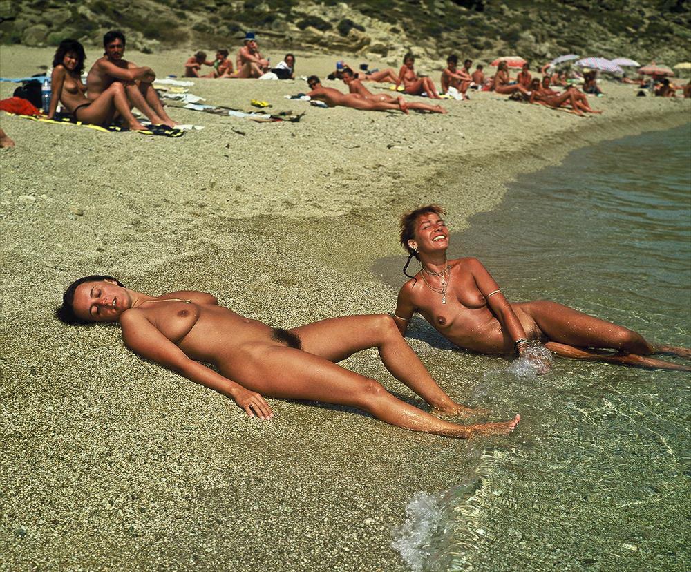 Туристки на отдыхе демонстрируют торчащие сиськи