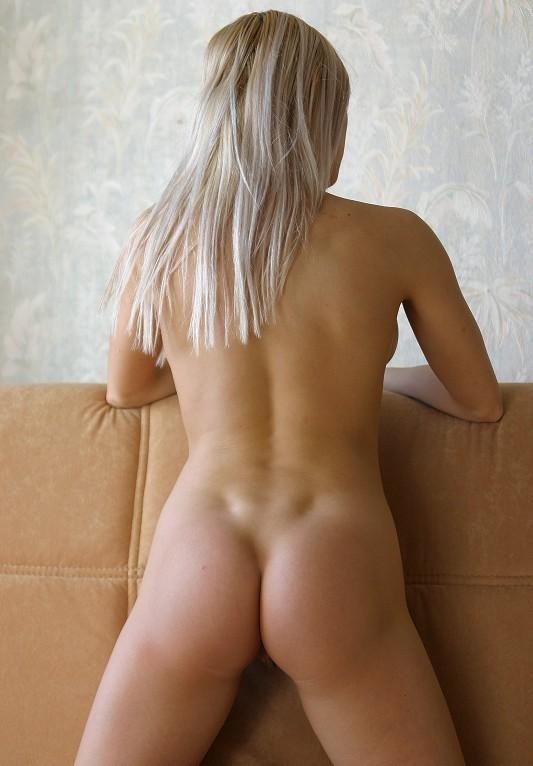 Светловолосая девушка разлеглась голенькой на козетке