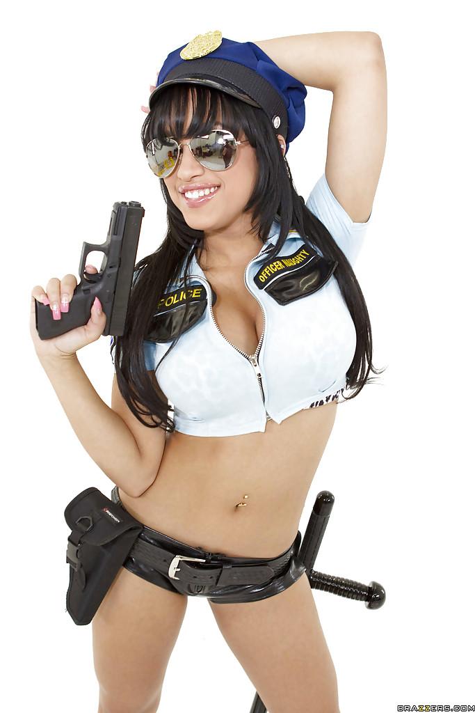 Полицейская Abella Anderson оголяет свои умения
