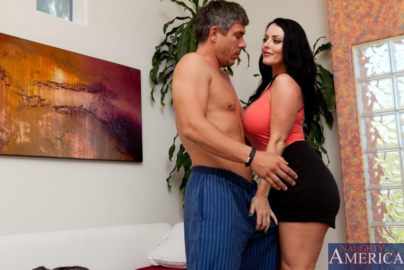 Развратная Sophie Dee жадно играется с фаллосом, позволяя ему обкончать ее крупные сиськи