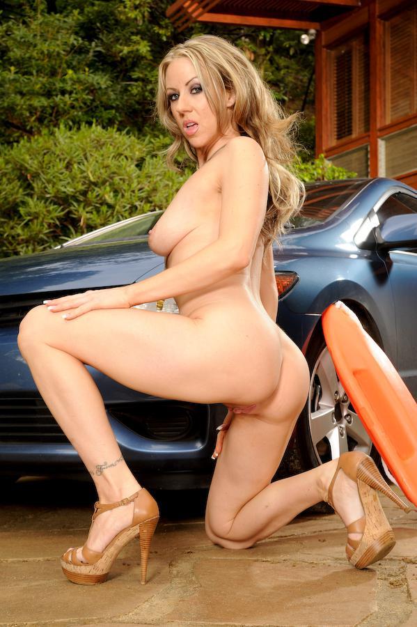 Сисястая телохранительница Carolyn Reese стаскивает купальный костюм и  делает селфи раздетой на авто