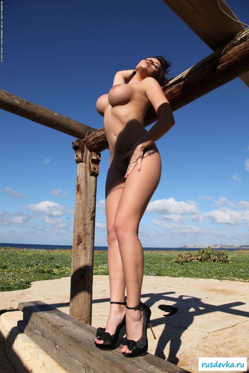 Возбужденная шлюха соблазнительно сфотографировала большие сиськи