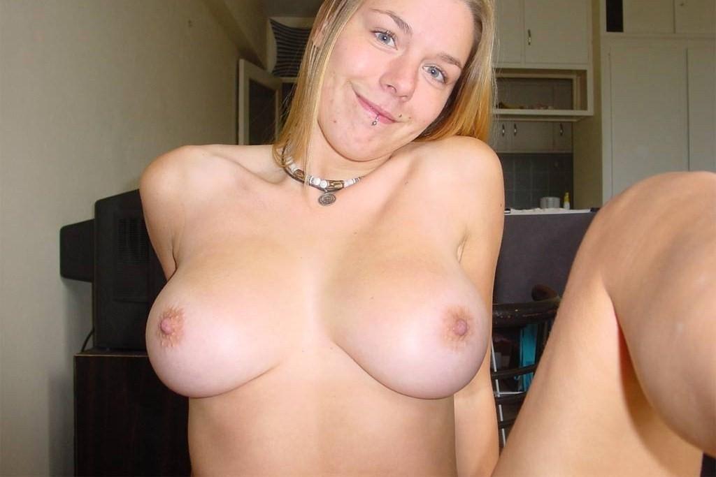 Блондинка с огромной грудью фоткается на камеру