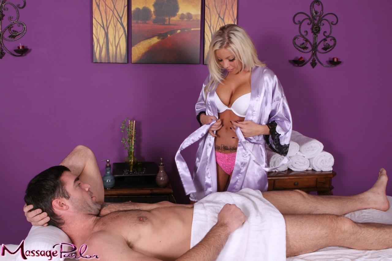 Титястая блондинистая массажистка Britney Amber лижет член