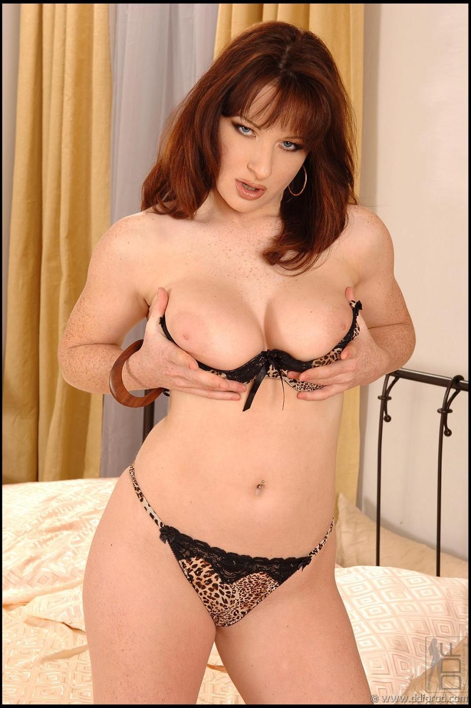 Русая порноактрисса Mischel трясет буферами с гигантскими сосками и соблазнительно фоткается в кровати