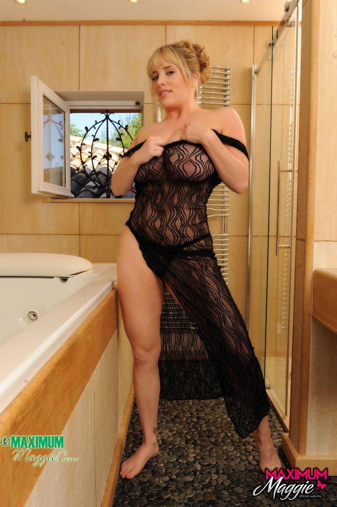 Грудастая барышня Maggie Green позволяет своим монументальным дойкам вываливаться из похотливой кружевной ночнушки