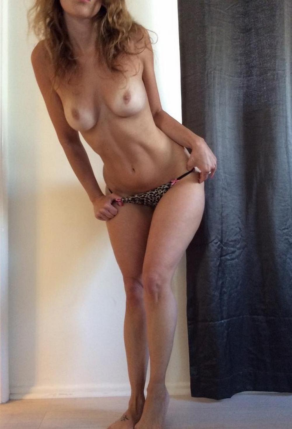 Соблазнительная леди оголяет свое милое тело без бикини