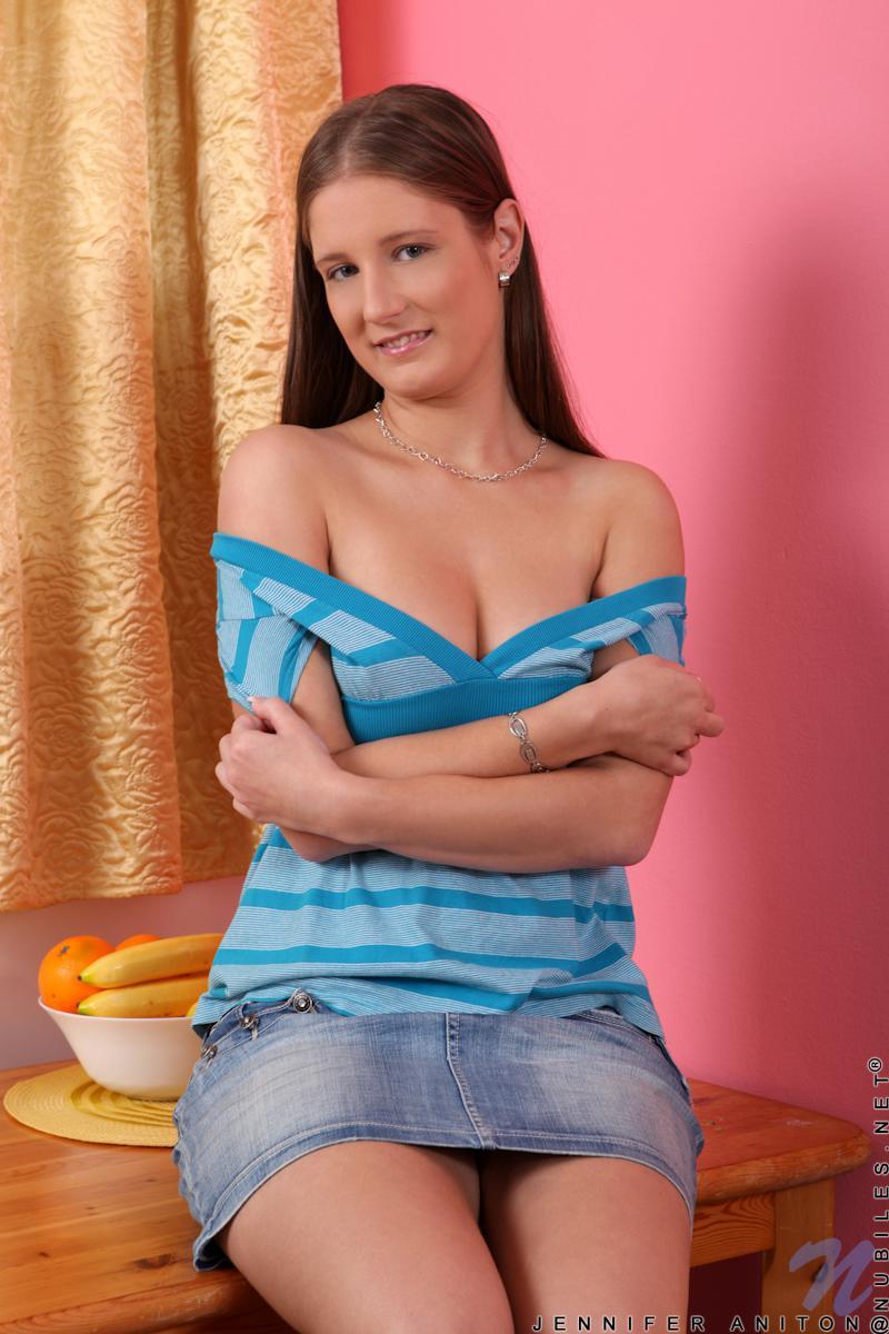 Нежная чувственная титькастая ангел наслаждения Jennifer Amton хочет продемонстрировать грудки