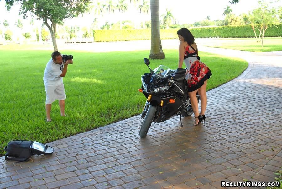 Прекрасная темная мамочка Angelina Castro с гигантской жопой и шикарными сиськами испытывает удовольствие с байкером