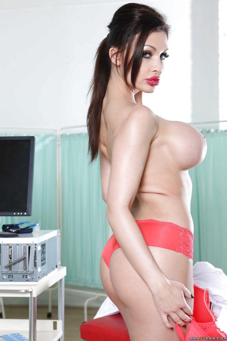 Соблазнительная медсестра с милой сракой и гигантскими сисями