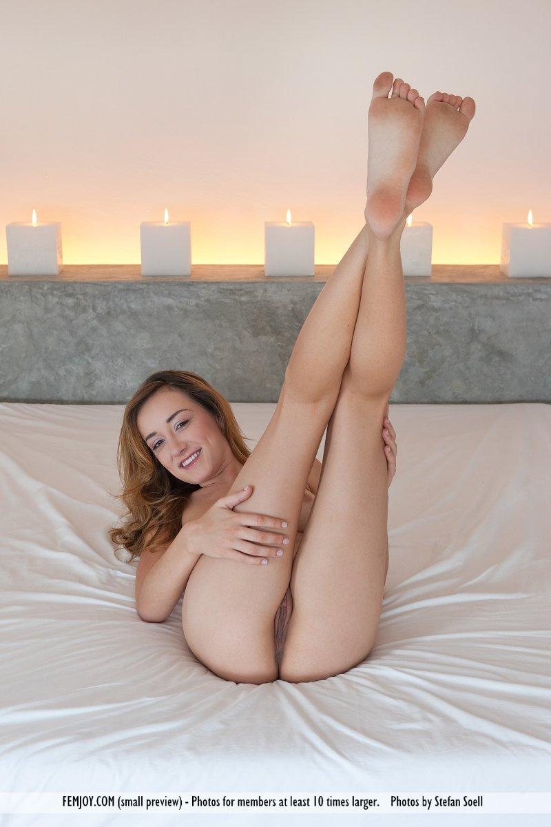 Неимоверная, сисястая деваха Victoria Rae забавно фоткается голой на крупной кроватке