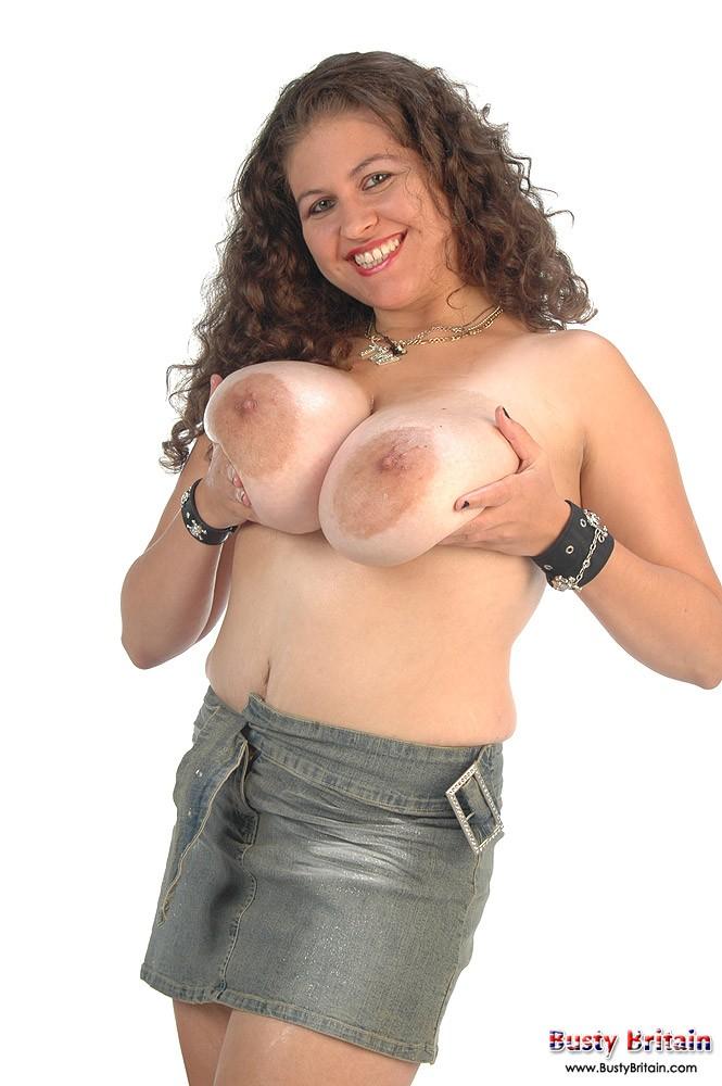 Кудрявая мадам с большими грудями